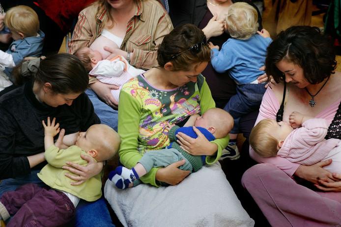 De baby's hoor je niet klagen, maar zichtbaar borstvoeding geven wordt niet door iedereen op prijs gesteld. KLM vraagt voedende moeders de blote borst te bedekken als anderen zich eraan storen.