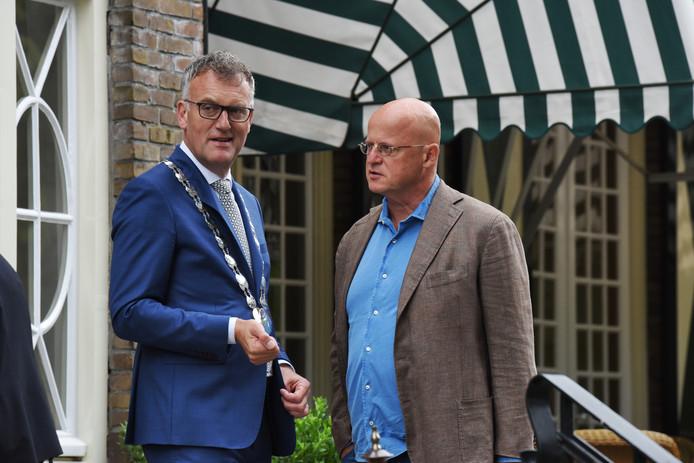Burgemeester Hans Janssen ontvangt Ferdinand Grapperhaus op de trappen van Mansion Bos en Ven.