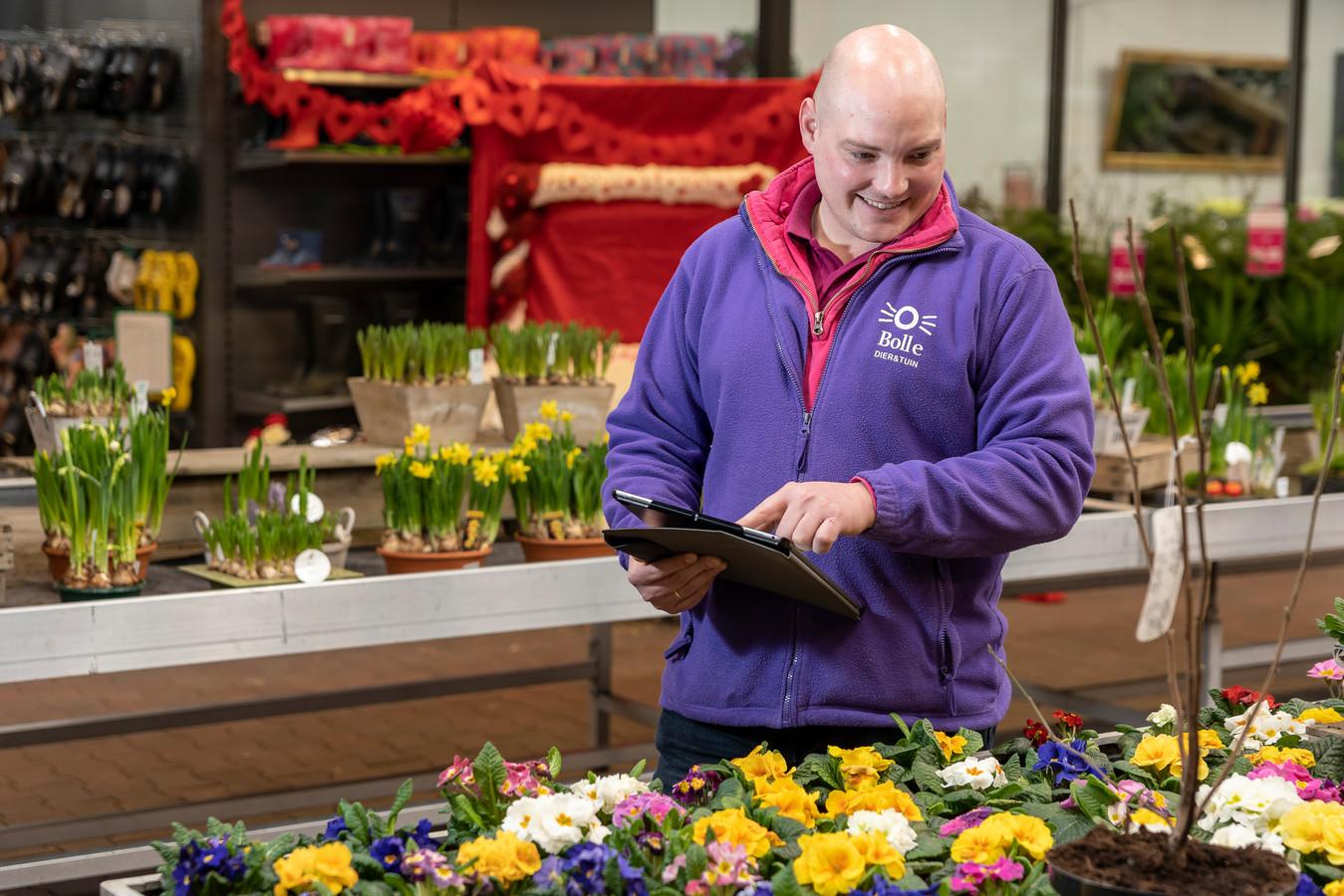 Frank de Bruine loopt de voorraad planten na en bestelt nieuwe via de tablet.