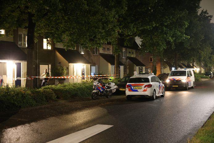 Politie heeft de woning in Zwolle afgezet voor onderzoek.