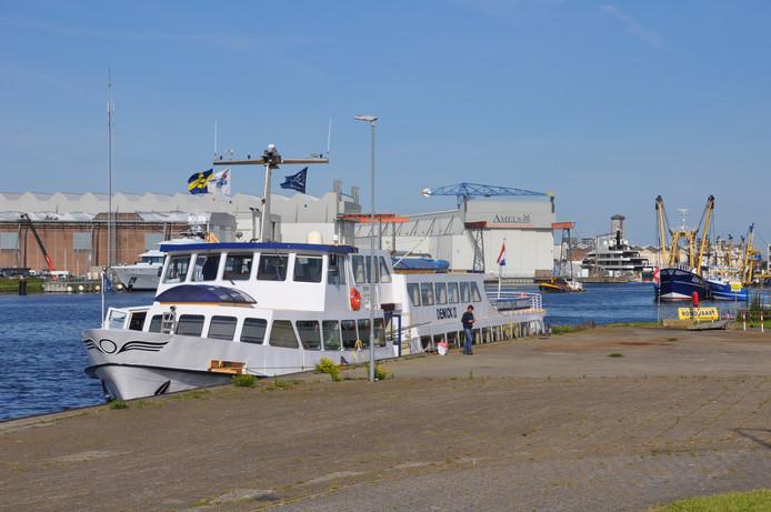 Denick II ligt klaar achter het station in Vlissingen voor de rondvaart naar de Sloehaven van Zeeland Seaports.
