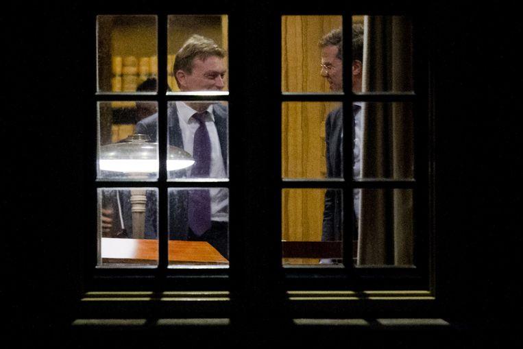 Halbe Zijlstra (links) en Mark Rutte in het Torentje tijdens het crisisberaad. Beeld anp