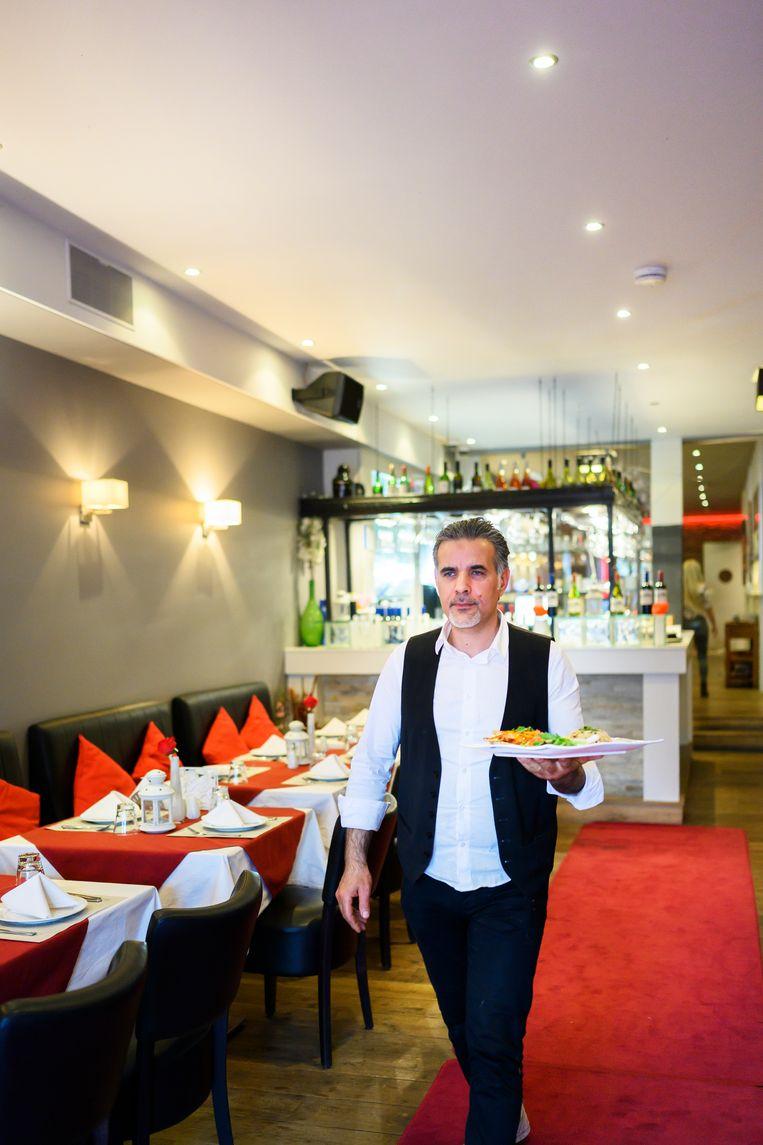 Eigenaar Mokhleas Jeaban in zijn restaurant Bab Touma in Zaandam. Beeld Els Zweerink