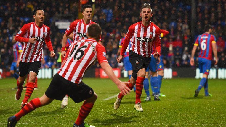 Toby Alderweireld viert zijn doelpunt op het veld van Crystal Palace met zijn Southampton-maats.