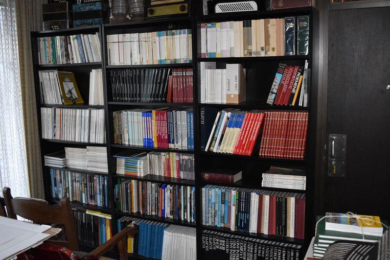 Overal in de woning staan rekken met archiefstukken.