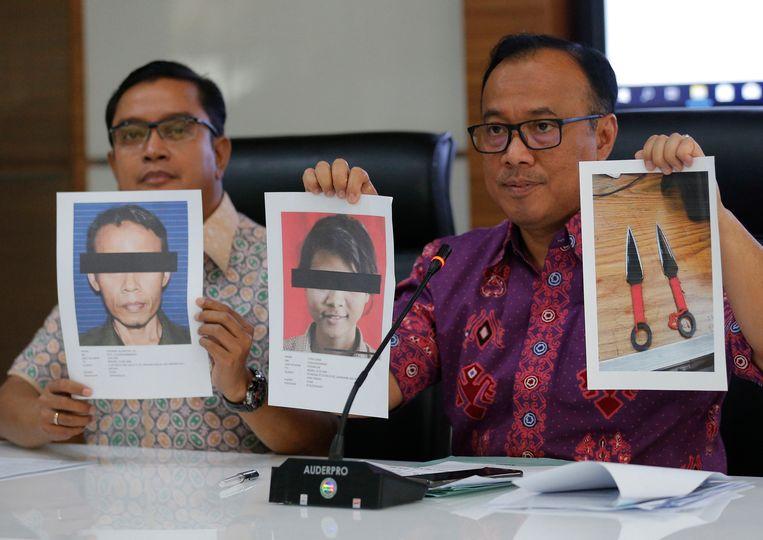 De nationale politie laat foto's zien van de twee verdachten van de aanslag en hun wapens. Beeld AP