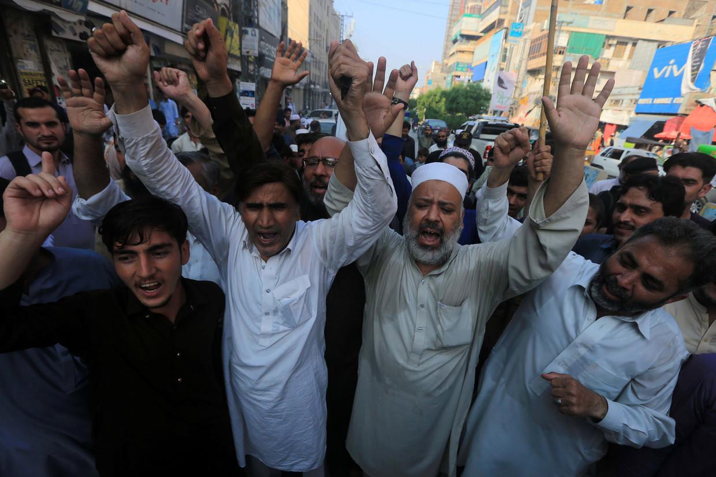 Protest tegen de maatregel van India maandag in Peshawar, Pakistan. Beeld EPA
