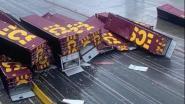 Windstoot blaast containers van schip