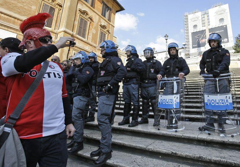 Een Feyenoord-supporter maakt foto's van Italiaanse agenten bij de Spaanse trappen. Beeld ap