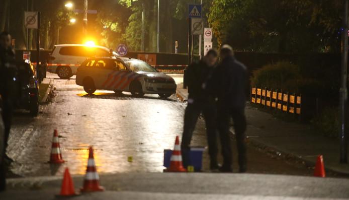 De politie tijdens het onderzoek in de Thorbeckestraat in de nacht van de overval.