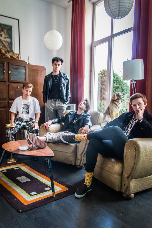 De band PEER uit Middelburg beantwoordt na het optreden op Weitjerock ook vragen van fans.