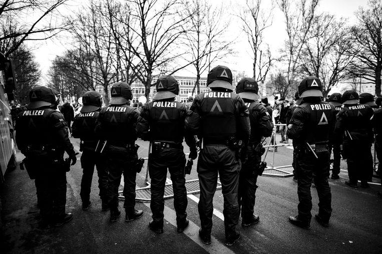 Politie was aanwezig tijden de anti-rechtse protesten tijdens het partijcongres van de AfD in Hannover op 2 december.