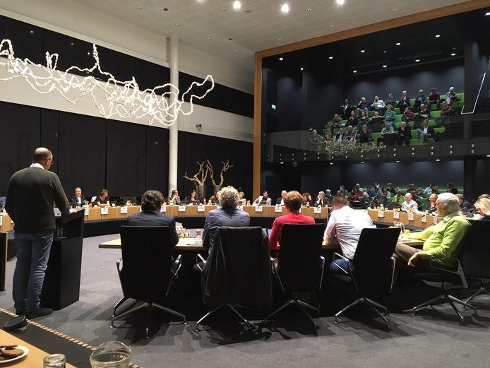 Wethouder Gé Wagemakers (links) geeft de gemeenteraad tekst en uitleg over aanpassingen aan het bestemmingsplan voor bedrijventerrein Elzenburg.