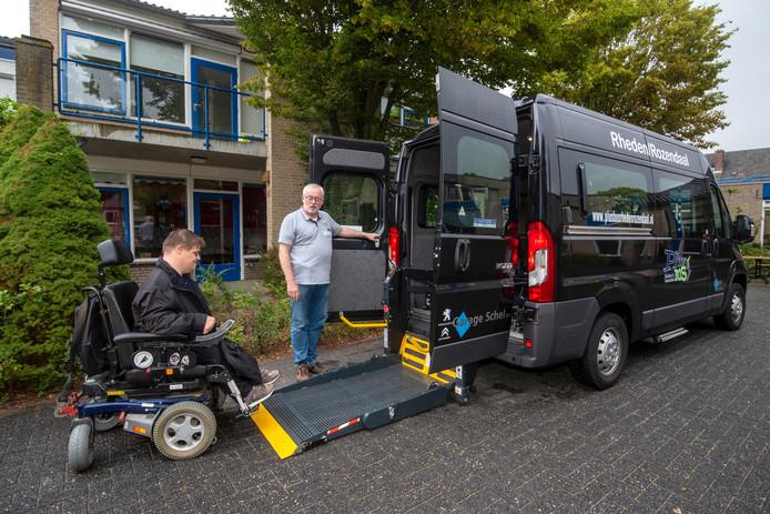 Henk-Jan ten Hoor wordt in Velp met de PlusBus opgehaald door chauffeur Gijs Nieuwenhuis. Hij gaat naar toneelles in Arnhem.
