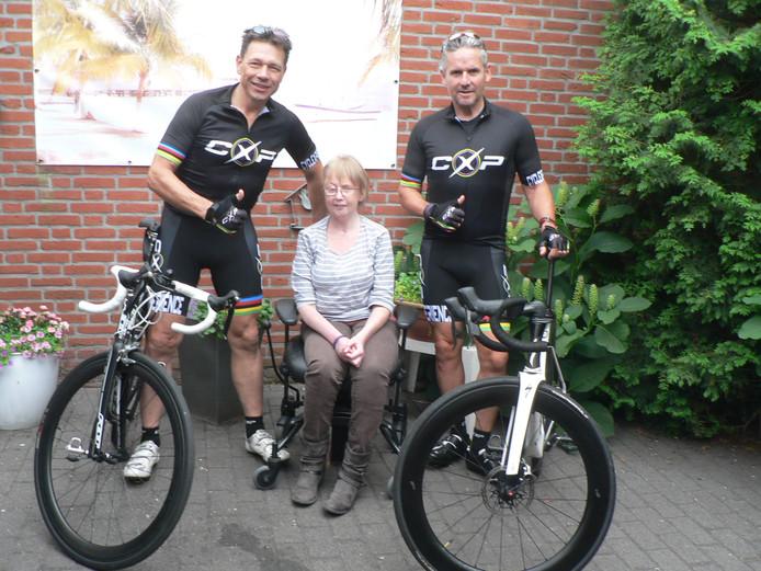 Kitty tussen broer John Reijbroek (links) en fietsmaatje Enrico van den Tillaart voor de start van hun inzamelingstocht.