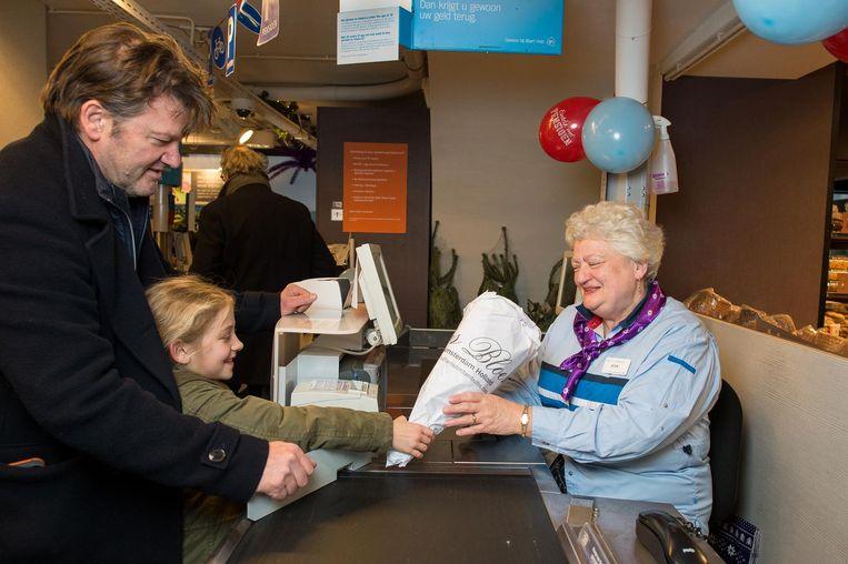 De hele dag komen vaste klanten langs om afscheid te nemen van Jean Beeld Mats van Soolingen