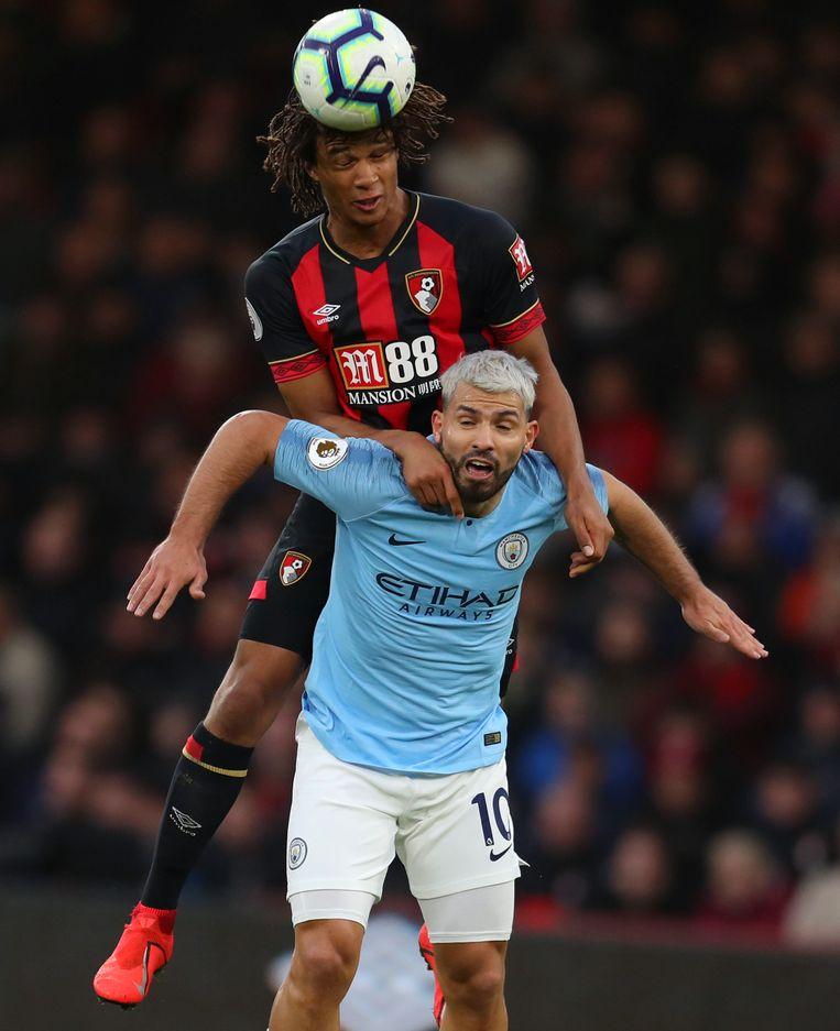 Nathan Aké hangt als verdediger Bournemouth in de nek van Sergio Aguero van Manchester City. Beeld Getty Images