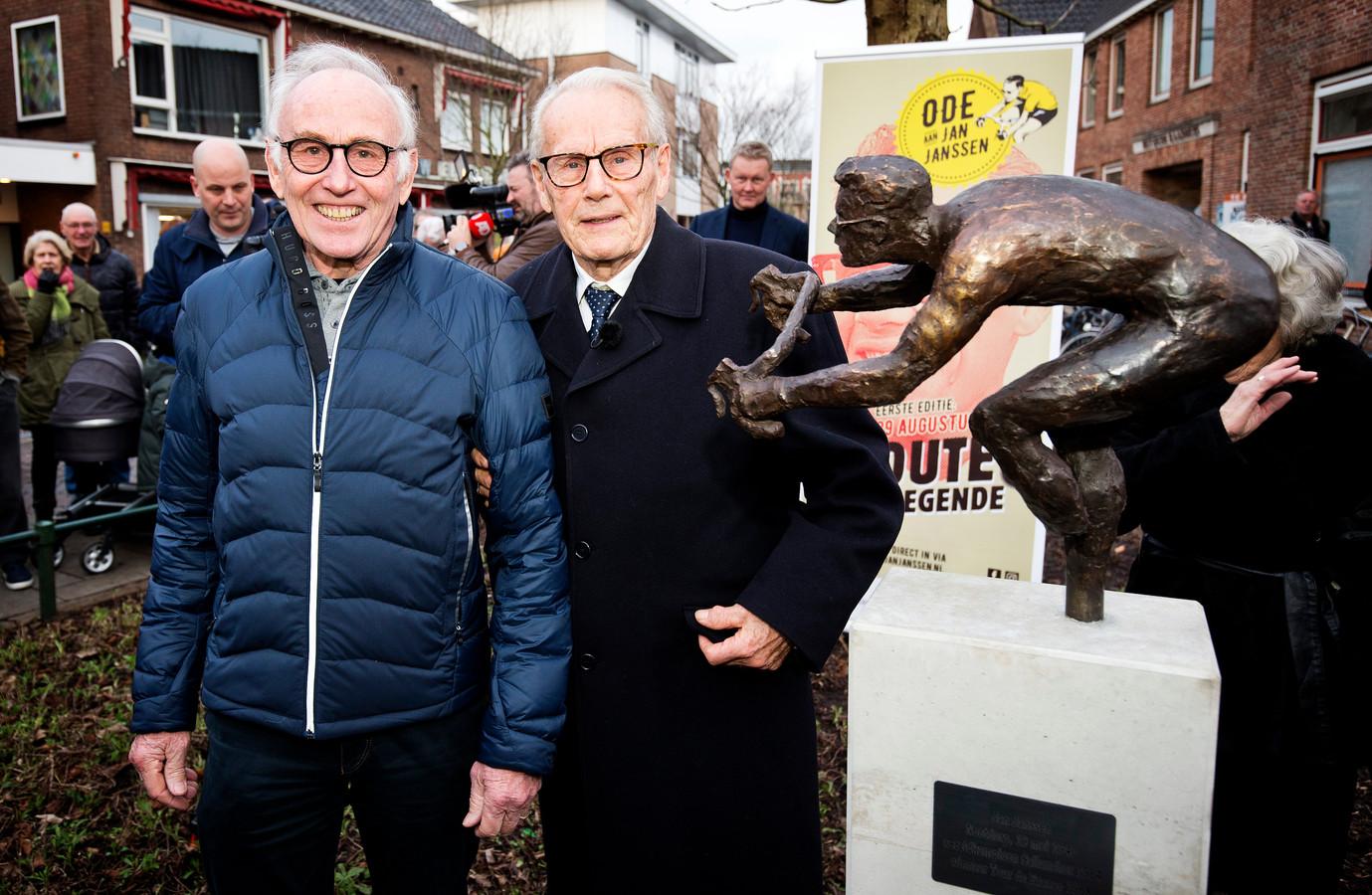 Joop Zoetemelk (links) bij de onthulling van het bronzen standbeeld van wielerlegende Jan Janssen (rechts).