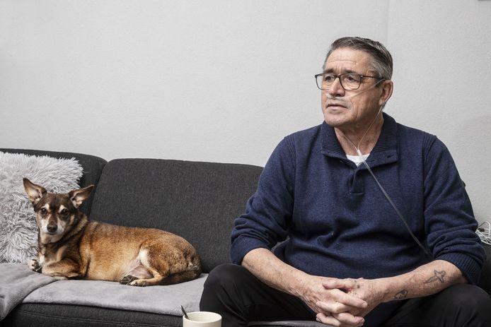 Frans Janssen met hond Russel op de bank in Ooy.
