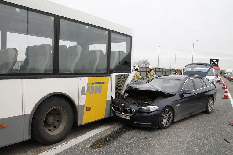 De bestuurder verloor de controle en reed tegen de lijnbus.