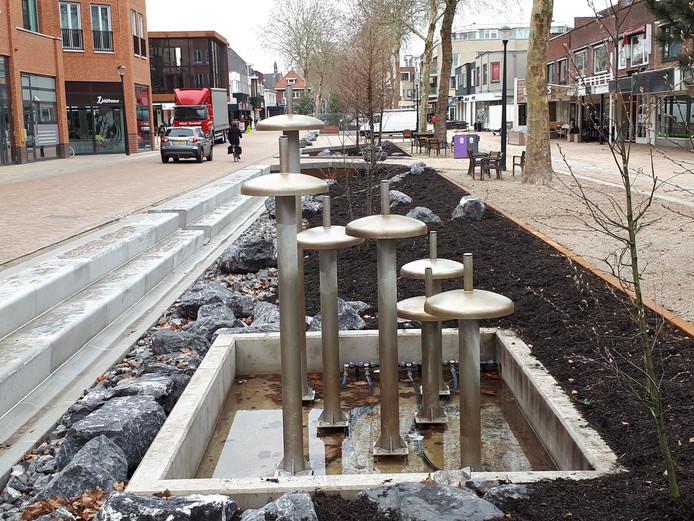 De voormalige fontein van het Henri Dunantplein krijgt een tweede leven als waterpartij in de heringerichte Grotestraat in Nijverdal.