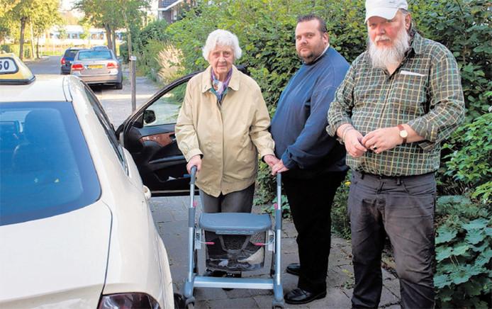 Taxichauffeur Vincent Leek (midden) haalt sinds jaar en dag elke woensdagochtend mevrouw Oostveen en haar zoon Joris op. Hij is bekeurd omdat hij te lang zou hebben gewacht.