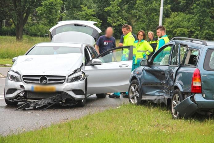 Twee personenauto's met elkaar in botsing op de Sloeweg.