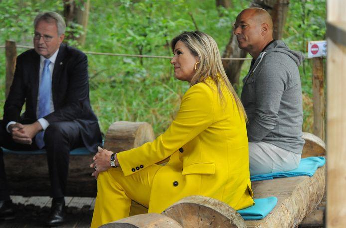 Koningin Máxima en commissaris van de koning Han Polman horen van recreatieondernemers wat voor impact de coronacrisis heeft gehad. Rechts André Kort van Klimbos Zeeuwse Helden.