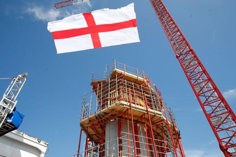 De vlag van Genua, naast de eerste pilaar van de nieuwe brug in opbouw.