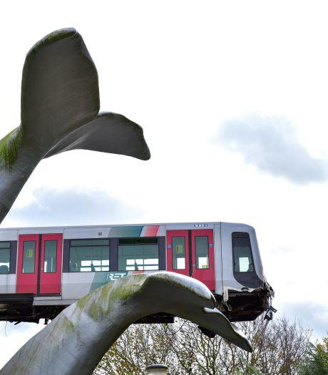 Makers van walvisstaart-kunstwerk: 'Eigenlijk zou die metro er op moeten blijven liggen'