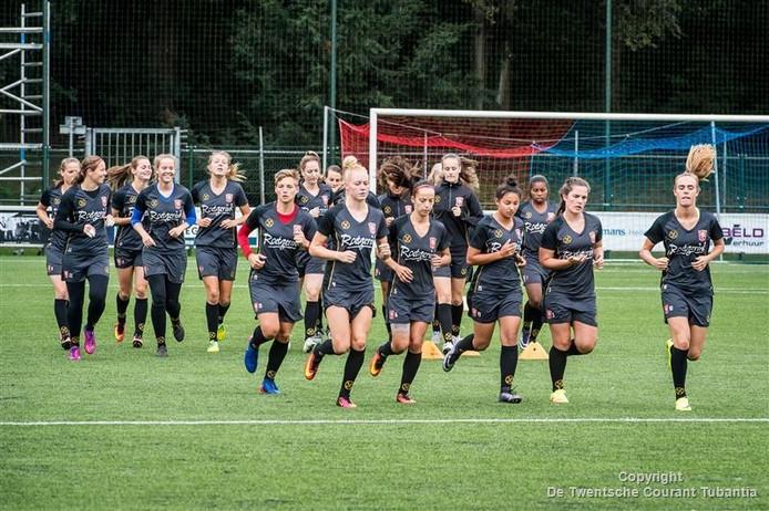 De vrouwen van FC Twente in voorbereiding op het nieuwe seizoen.