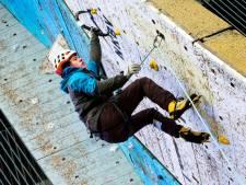 Bungelen aan een wand voor NK ijsklimmen in Utrecht: 'Afreizen naar het buitenland? Niet nodig'