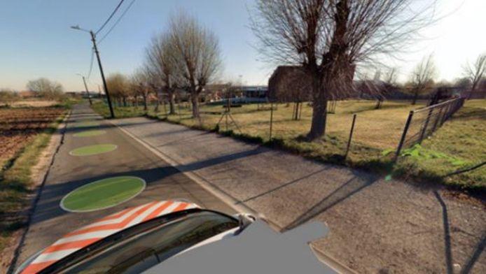 De nieuwe parkeerstrook achter de school, in de Hellestraat in Spiere.