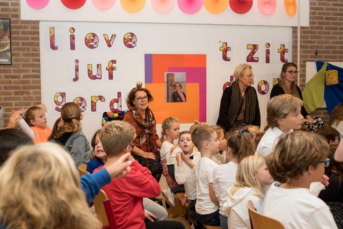Gerda Buijsse (met kroontje voor de poster) temidden van al 'haar' kinderen ter gelegenheid van haar afscheidsvoorstelling van de Sint Willibrordusschool. in Zierikzee na 43 jaar.