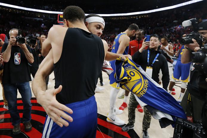Stephen Curry (Warriors) omhelst zijn broer Seth (Portland).