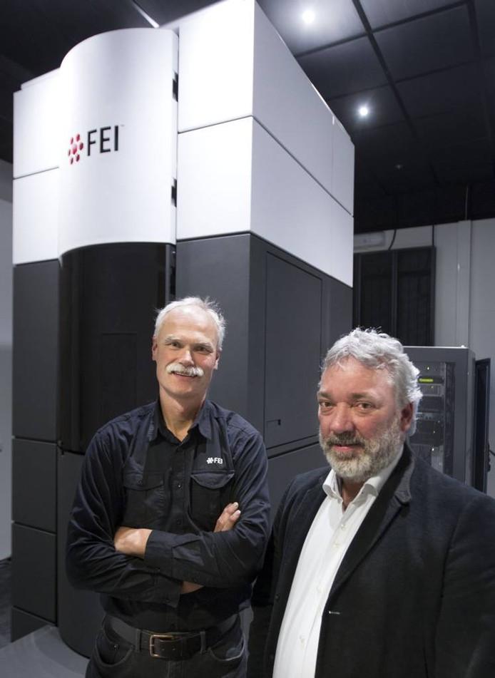 Directeur FEI Nederland Hein Gijsbers (r) en Alex Jonkers bij een Titan elektronenmicroscoop. Foto René Manders