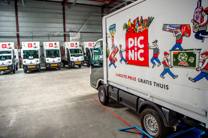 Picnic laat de boodschappen bezorgen met elektrische wagens. Volgens medewerkers trillen de vrachtautootjes behoorlijk waardoor de zijspiegels verschuiven.