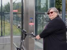 Wéér doet een 'horrorlift' op station Meppel het niet en dus moet Jeanie (71) met de trap: 'Dit kan gewoon niet'