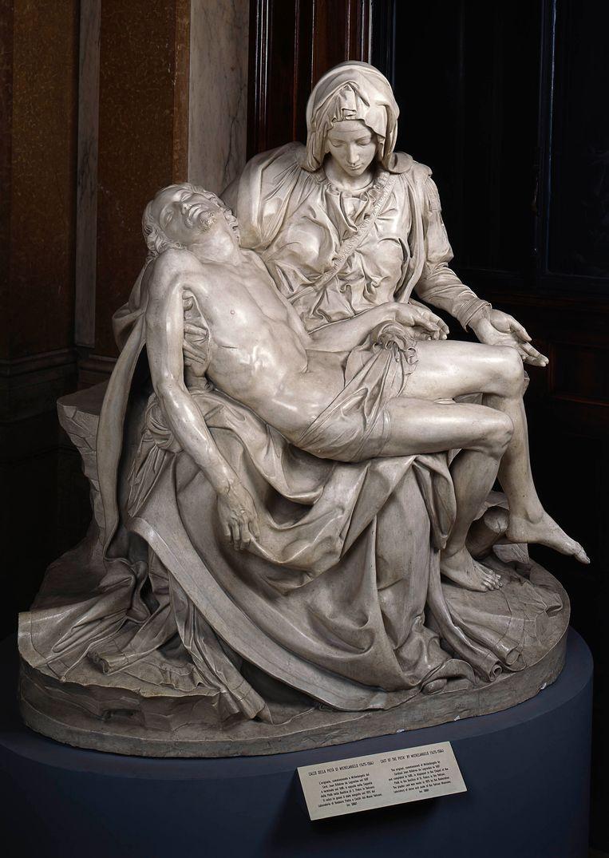 Een kopie van de Pietà (1497-1500) uit de Sint-Pieter in Rome. Jezus ziet er mager en uitgeput uit. Beeld rv