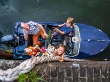 Opa Wim (67) vaart met kleinkinderen Lisanne (10) en Sammie (6): 'Hoe pakken we die beer?'