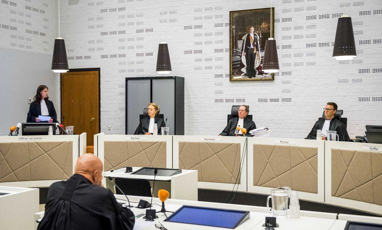 Rechters (VLNR) De Boer, voorzitter Milius en Van Eijk voorafgaand aan de zaak tegen oud-beveiliger Faris K. Beeld ANP