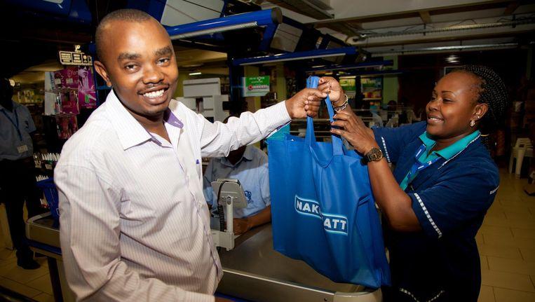 48cf5492374 De gewone man zal worden ontzien volgens minister Wakhungu, maar Kenia gaat  richting buurland Oeganda, waar supermarkten boodschappen verpakken in ...