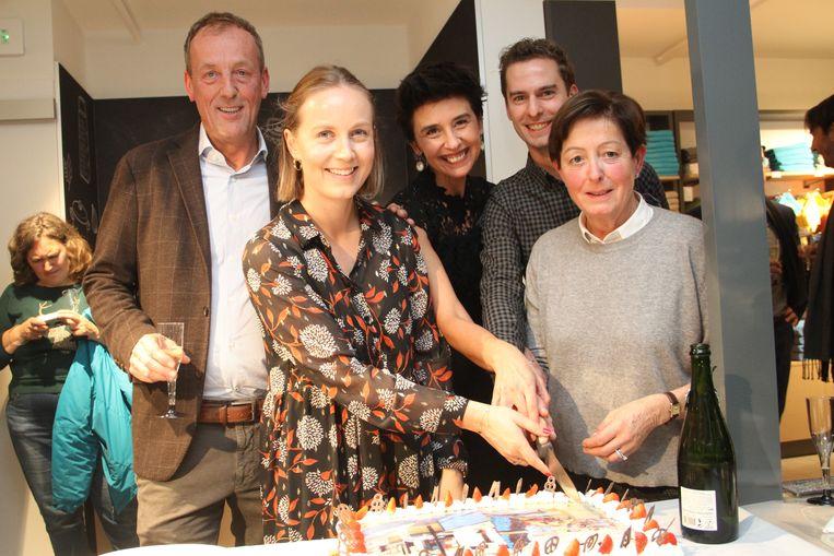 Het verkoopteam snijdt de taart aan met goedkeuring van sales manager Mieke Deprez en zaakvoerder Bernard Clarysse.