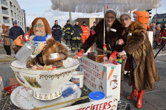Een losse groep als koffiemadammen met schepen Tania De Jonge die koffie schenkt.