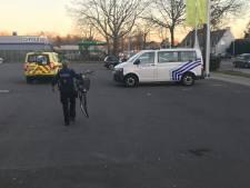 Fietser belandt onder wielen van wagen op parking