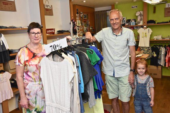 Catherine Lesage, Dirk Vranckx en kleindochter Hebe in de boetiek, die weldra sluit.