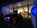 De schade is - ook bij daglicht (foto onder) - aanzienlijk. De Opel Insignia reed over een paaltje de winkel binnen.