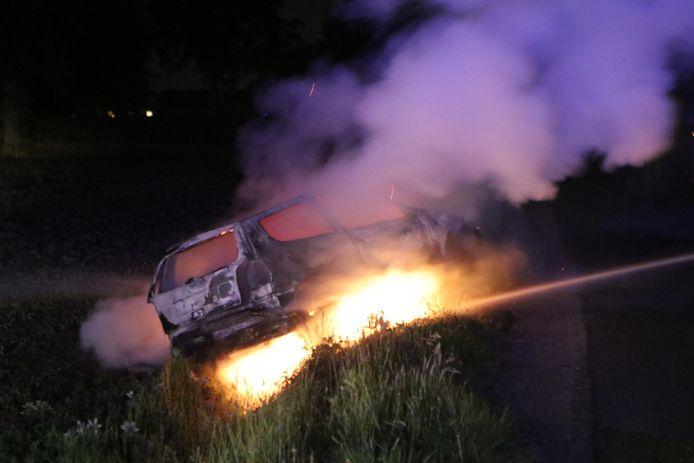 De personenauto in de greppel brandde volledig uit.