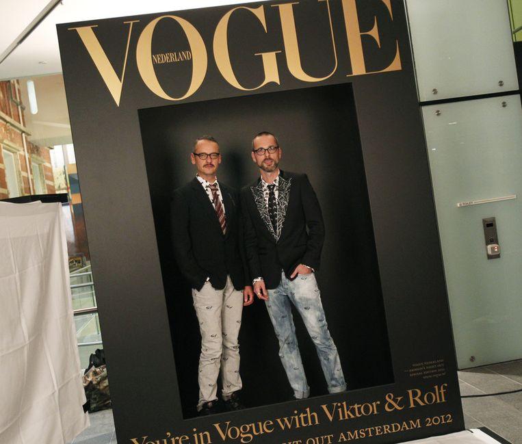 In het Stedelijk Museum konden fans op de foto met ontwerpers Viktor & Rolf. Beeld ANP