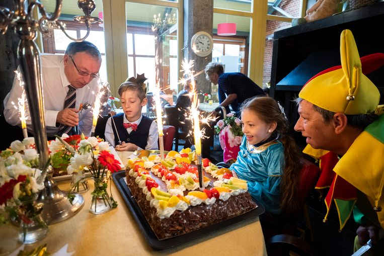 Wannes en Mea bewonderen hun taart. De papa van Mea, die bakker is, bakte de taarten.